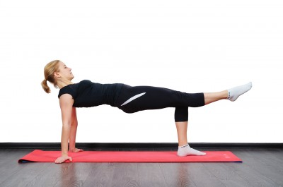 Подъем ноги в упоре сзади