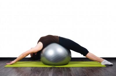 Фитбол, растягивание спины